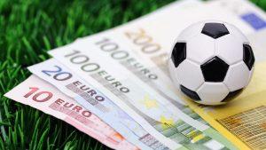 Billets déposés sur une pelouse de foot