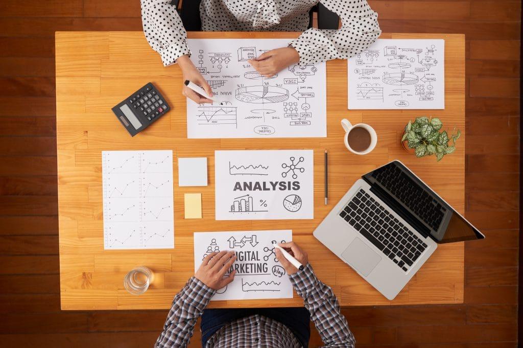 Deux hommes qui travaillent sur un stratégie marketing