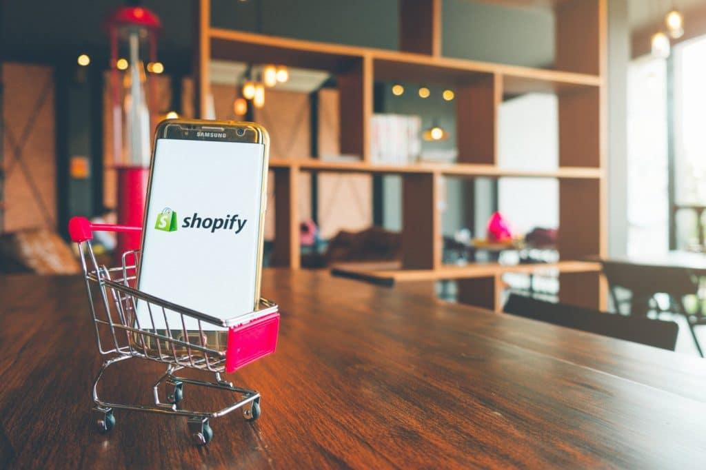 Téléphone avec l'application Shopify