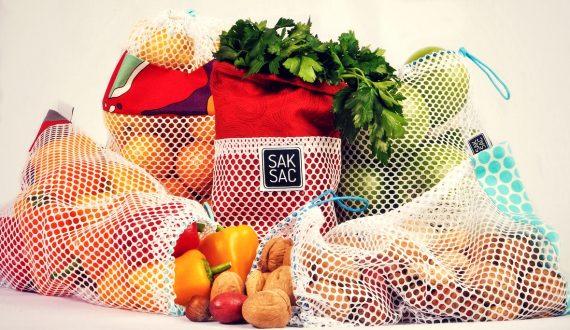 Sacs réutilisables remplis de fruits et légumes